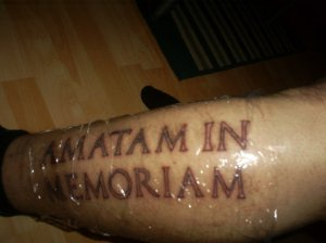 "Latin för ""In Loving Memory"""